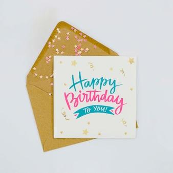 Carta de cumpleaños y sobre con purpurina y confeti