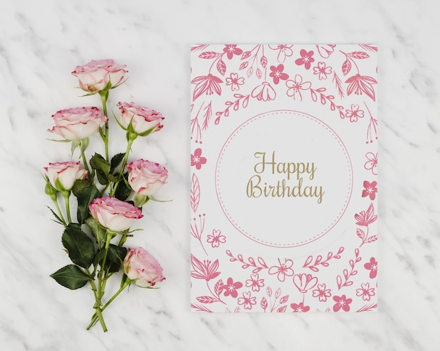 Carta di buon compleanno mock-up e bouquet di rose