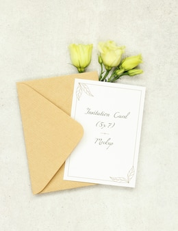 Carta di invito mockup con busta e rose bianche