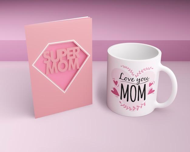 Carta e tazza di celebrazione di festa della mamma con il modello