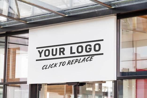Cartel horizontal al aire libre en la maqueta de la ventana frontal de la tienda