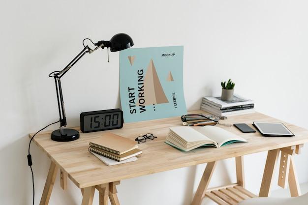 Cartel en la maqueta del espacio de trabajo