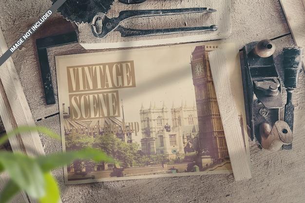 Cartel de paisaje en taller con maqueta de escena de herramientas vintage
