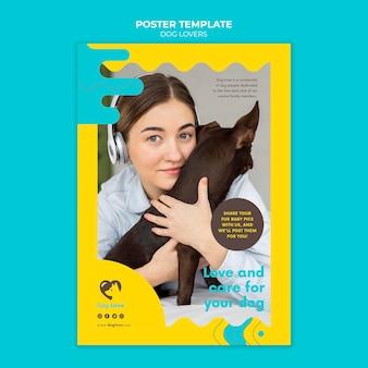 Cartel vertical para amantes de los perros con dueña femenina.
