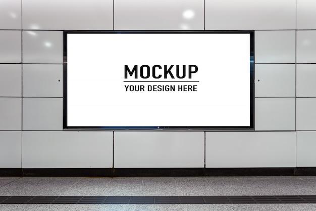 Cartelera en blanco ubicada en pasillo subterráneo o metro para publicidad, concepto de maqueta