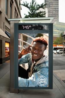 Cartelera con maqueta de hombre afroamericano