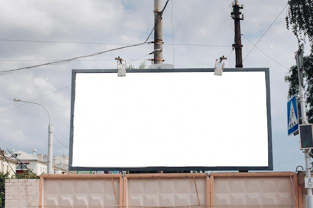 Cartelera con superficie en blanco para publicidad