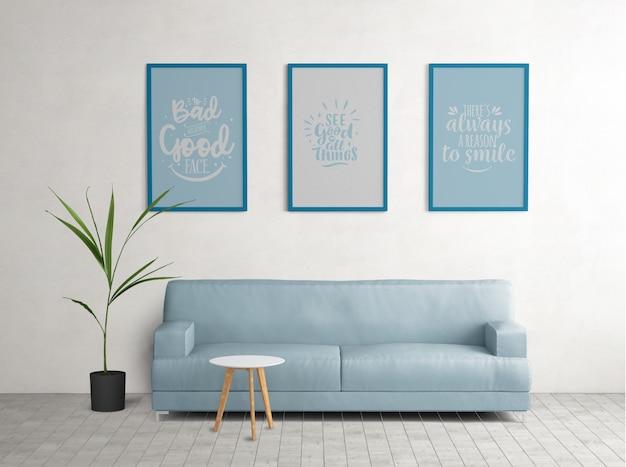Carteles enmarcados azules en la sala de estar.