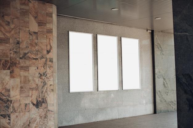 Cartelloni vuoti su un muro all'interno di un edificio