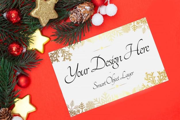 Cartolina d'auguri in bianco di feste di natale su una priorità bassa rossa