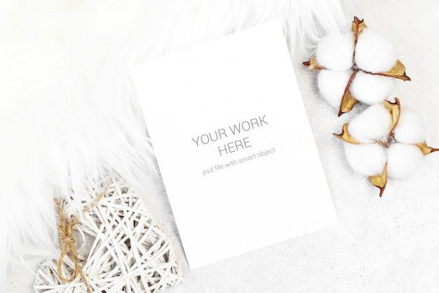 Cartolina modello con cotone e pelliccia bianca