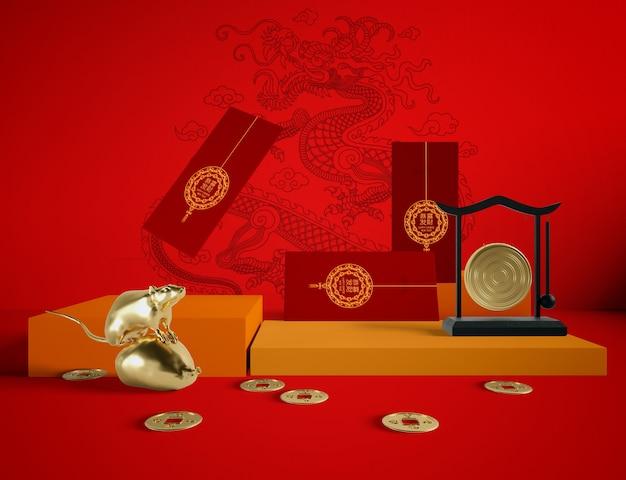 Cartoline d'auguri dorate del nuovo anno e del ratto su fondo rosso