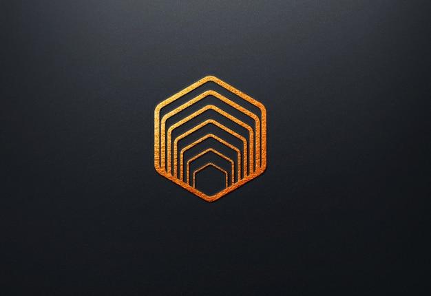 Cerca de la maqueta del logotipo de lujo en la pared oscura
