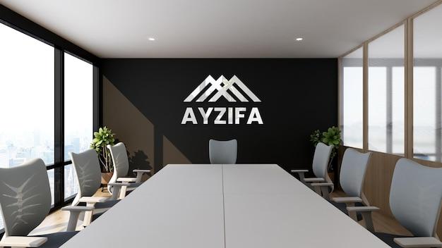 Cerca de la maqueta de logotipo realista plateado en la sala de reuniones