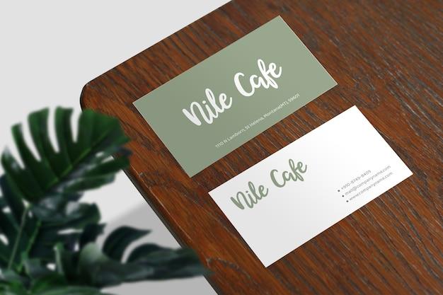 Cerca de la maqueta de tarjeta de visita mínima en la mesa