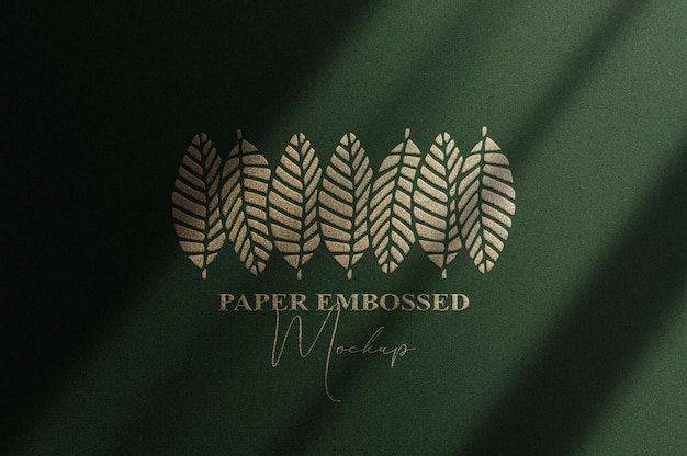 Cerrar maqueta de logotipo en relieve dorado con fondo verde