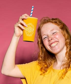 Cerrar mujer feliz divirtiéndose en la fiesta