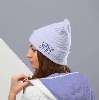 Cerrar mujer vistiendo ropa de abrigo