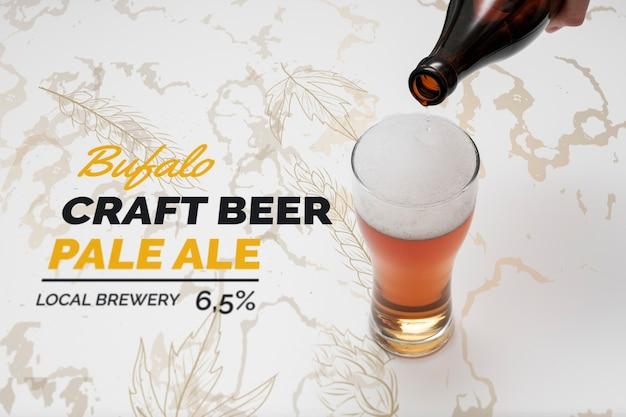 Cerveza artesanal vertida en vaso con maqueta
