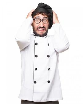 Chef estresado llevando uniforme
