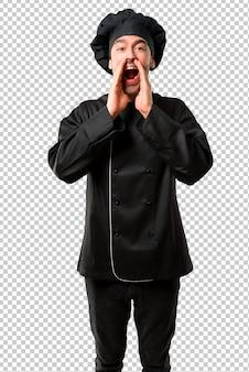 Chef-kok in zwarte uniform schreeuwen met mond wijd open en aankondiging van iets