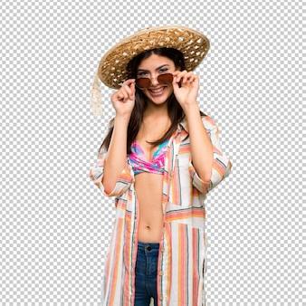Chica adolescente en vacaciones de verano con gafas y sorprendida