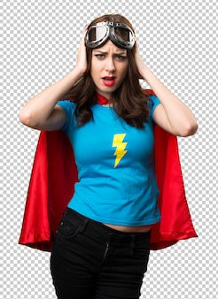 Chica bonita superhéroe cubriendo sus orejas