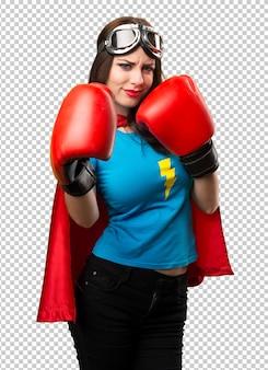 Chica bonita superhéroe con guantes de boxeo