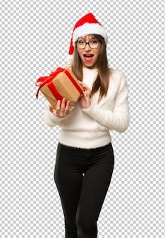 Chica con la celebración de las vacaciones de navidad con cajas de regalo en las manos