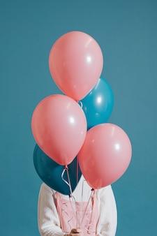 Chica cubierta con globos