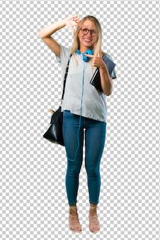 Chica estudiante con gafas centrando la cara. símbolo de encuadre