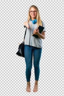 Chica estudiante con gafas estrechándole la mano para cerrar un buen trato