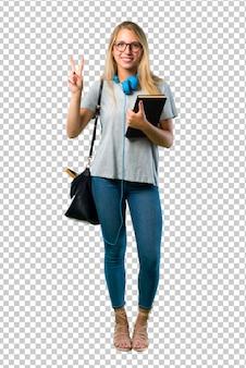 Chica estudiante con gafas feliz y contando dos con los dedos