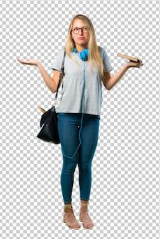 Chica estudiante con gafas haciendo gestos sin importancia y dudas mientras levanta los hombros y las palmas de las manos