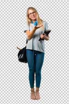 Chica estudiante con gafas presentando un producto o una idea mientras mira sonriente hacia