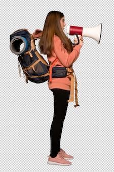Chica excursionista gritando a través de un megáfono
