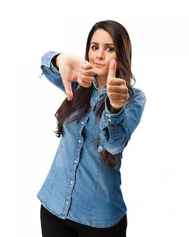Chica expresiva mostrando gestos con las manos