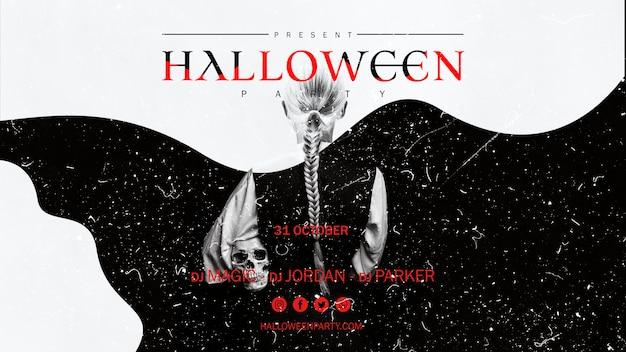 Chica de halloween sosteniendo una calavera desde atrás