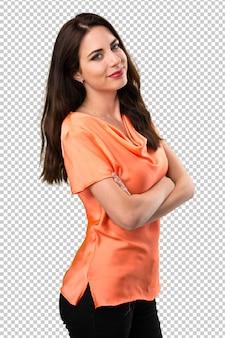 Chica joven hermosa feliz con sus brazos cruzados