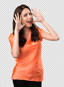 Chica joven hermosa que hace gesto de la sorpresa