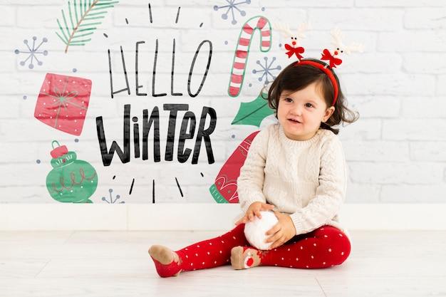 Chica joven con hola maqueta de invierno