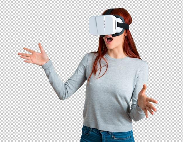 Chica joven pelirroja con gafas vr. experiencia de realidad virtual