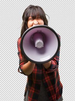 Chica latina gritando con megáfono