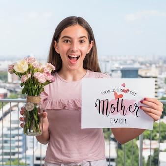 Chica presentando maqueta de papel para el día de la madre