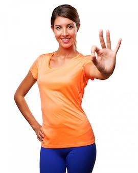 Chica con ropa de deporte mostrando gesto positivo