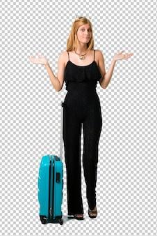 Chica rubia viajando con su maleta con dudas y con expresión de rostro confuso