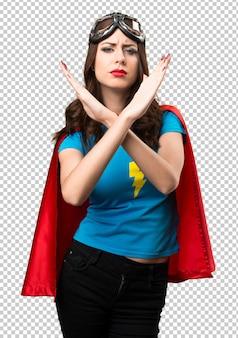 Chica superhéroe bonita que no hace ningún gesto