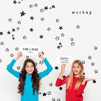 Chicas sonrientes explorando la imaginación