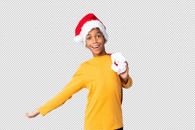 Chico afroamericano con sombrero de navidad