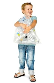 Chico de etnia caucásica con bolsa de plástico con botellas